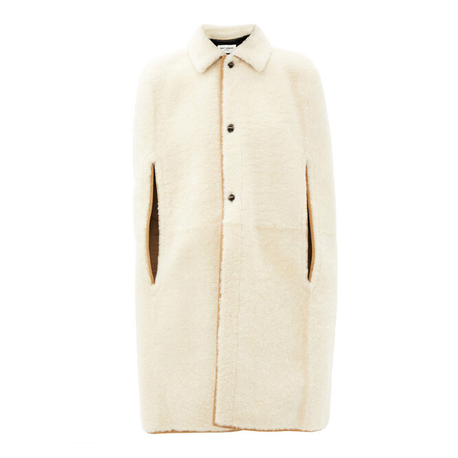 """<a href=""""https://www.matchesfashion.com/intl/products/Saint-Laurent-Shearling-cape-1369247"""" target=""""_blank"""">SAINT LAURENT,&nbsp;349&nbsp;295&nbsp;руб.&nbsp;</a>"""
