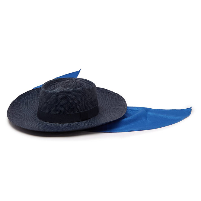 """Шляпа с платком&nbsp;<a href=""""https://www.matchesfashion.com/intl/products/House-of-Lafayette-Reed-Sink-1-satin-trimmed-straw-panama-hat-1272710"""" target=""""_blank"""">HOUSE OF LAFAYETTE</a>, 21 744 руб."""