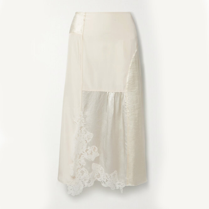 """<a href=""""https://www.net-a-porter.com/en-ru/shop/product/acne-studios/clothing/midi/paneled-corded-lace-trimmed-hammered-satin-and-shell-midi-skirt/11452292646767180"""" target=""""_blank"""">ACNE STUDIOS, 29 900 руб.</a>"""