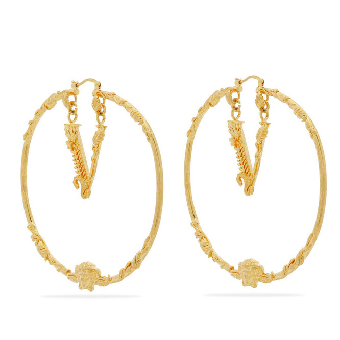 """<a href=""""https://www.matchesfashion.com/intl/products/Versace-V-logo-hoop-earrings-1321513"""" target=""""_blank"""">VERSACE, 18 720 руб.</a>"""