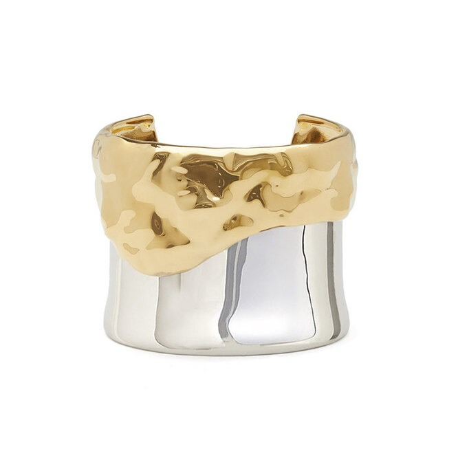 """<a href=""""https://www.matchesfashion.com/intl/products/Givenchy-Drip-effect-cuff-1269129"""" target=""""_blank""""><i>GIVENCHY, 39 133 руб.</i></a>"""