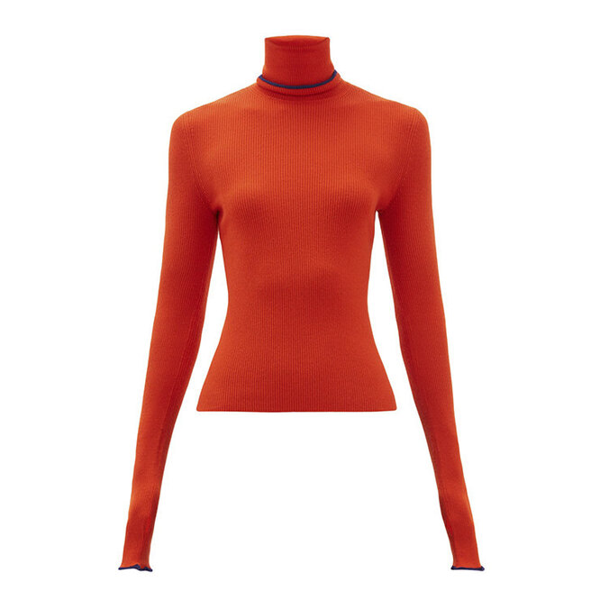 """<i><a href=""""https://www.matchesfashion.com/intl/products/Barrie-Rolling-Edge-roll-neck-cashmere-sweater-1297419"""" target=""""_blank"""">BARRIE</a>, 49 564 руб.</i>"""