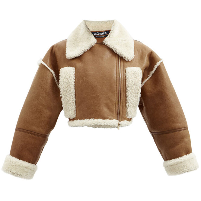 """<a href=""""https://www.matchesfashion.com/intl/products/Jacquemus-Paio-cropped-shearling-trim-leather-jacket-1430065"""" target=""""_blank"""">JACQUEMUS, 157&nbsp;815 руб.&nbsp;</a>"""