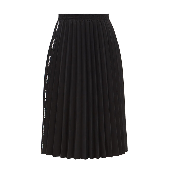"""<a href=""""https://www.matchesfashion.com/intl/products/Vetements-Logo-jacquard-pleated-canvas-skirt-1429335"""" target=""""_blank"""">VETEMENTS, 64 265 руб.</a>&nbsp;"""