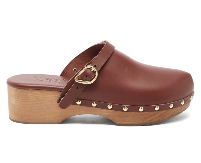 "КЛОГИ&nbsp;<a href=""https://www.matchesfashion.com/intl/products/Ancient-Greek-Sandals-Wing-buckle-leather-clog-mules-1386932"" target=""_blank"">ANCIENT GREEK SANDALS</a>, 22 370 рублей"