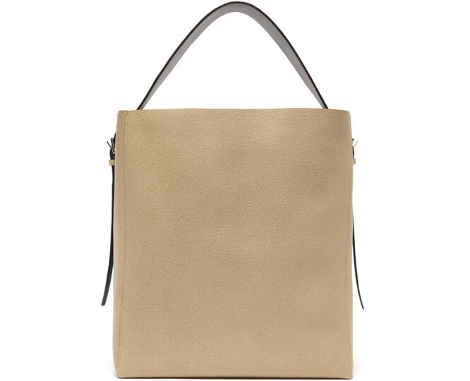 """<a href=""""https://www.matchesfashion.com/intl/products/Valextra-Medium-grained-leather-tote-bag-1316613"""" target=""""_blank"""">VALEXTRA</a>, 149 615 рублей"""