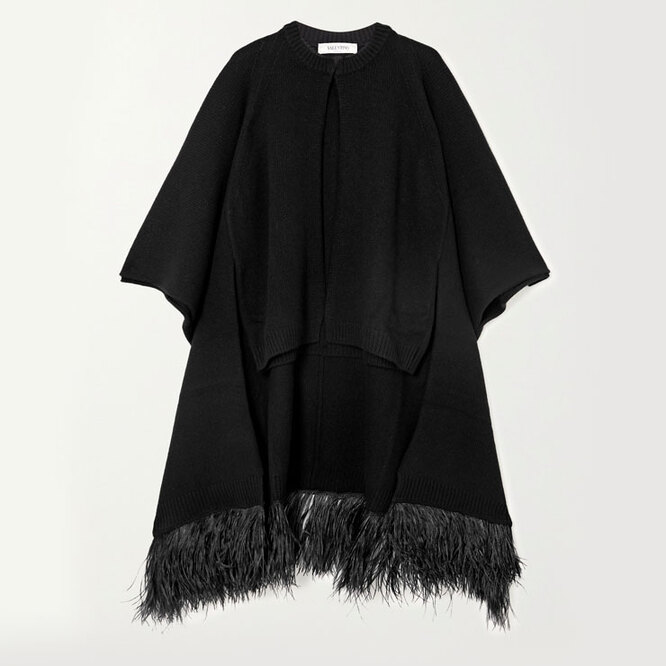 "<a href=""https://www.net-a-porter.com/en-ru/shop/product/valentino/feather-trimmed-wool-and-cashmere-blend-cape/1255078"" target=""_blank"">VALENTINO,&nbsp;218&nbsp;420</a>&nbsp;руб.&nbsp;"