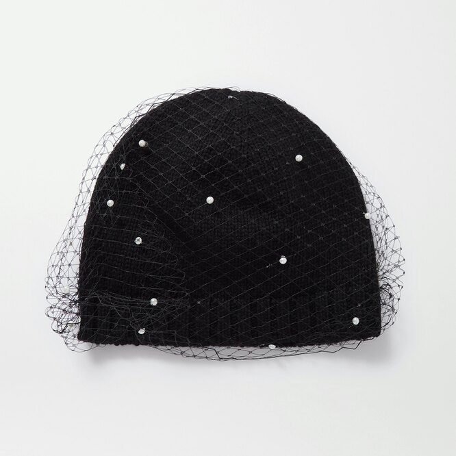 "ВЯЗАНАЯ ШАПКА&nbsp;<a href=""https://www.net-a-porter.com/en-ru/shop/product/eugenia-kim/lucinda-ribbed-knit-and-faux-pearl-embellished-mesh-beanie/1277133"" target=""_blank"">EUGENIA KIM</a>, 17 704 рубля"