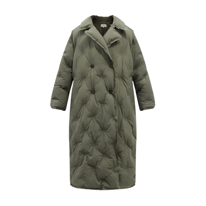 """<a href=""""https://www.matchesfashion.com/intl/products/Maison-Margiela-Double-breasted-quilted-shell-coat-1429603"""" target=""""_blank"""">MAISON MARGIELA, 237 385 руб.</a>"""