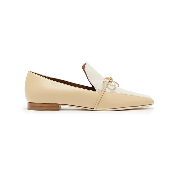 """<i><a href=""""https://www.matchesfashion.com/intl/products/Malone-Souliers-X-Roksanda-Celia-knotted-leather-loafers-1281955"""" target=""""_blank"""">MALONE SOULIERS</a>, 40 089 руб.</i>"""