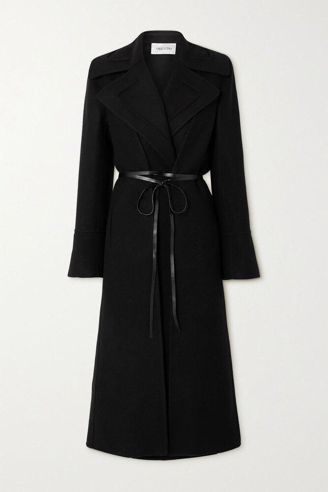 """<a href=""""https://www.net-a-porter.com/en-ru/shop/product/valentino/belted-double-breasted-wool-and-silk-crepe-de-chine-coat/1283279"""" target=""""_blank"""">VALENTINO</a>, 168 126 руб"""