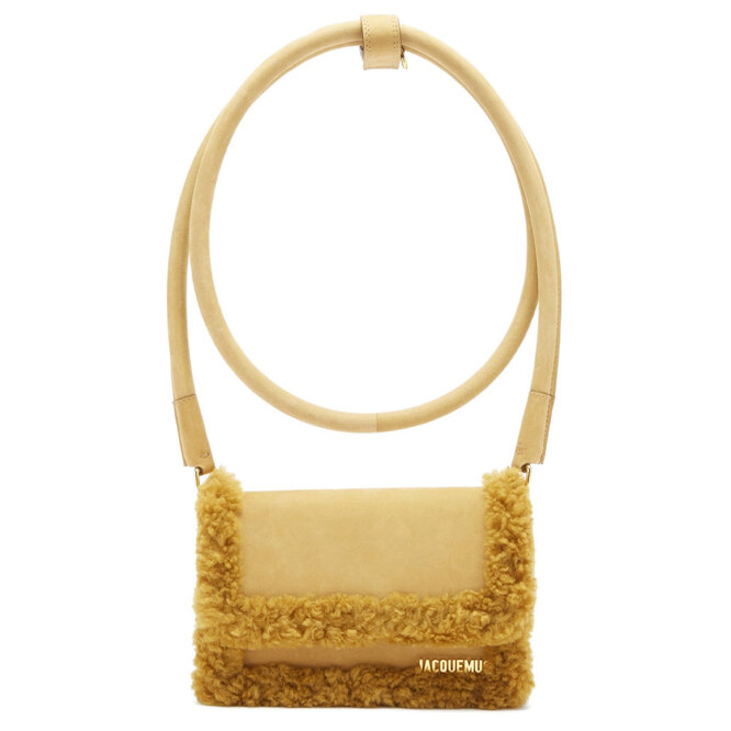 """<a href=""""https://www.matchesfashion.com/intl/products/Jacquemus-Rond-faux-shearling-and-suede-shoulder-bag-1429735"""" target=""""_blank"""">JACQUEMUS</a>, 48 685 руб."""